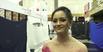 Hadir dalam acara 29 tahun Anne Avantie, Ririn Ekawati koleksi baju batik dan kebaya.