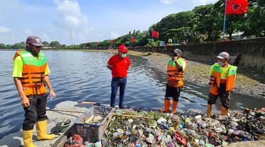 Sekjen PDIP Hasto Kristiyanto meninjau program bersih-bersih di Waduk Cincin, Jakarta Utara