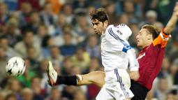 Fernando Hierro. Bek dan kapten Real Madrid yang bergabung sejak 1989 ini ditendang di akhir musim 2002/2003 karena memimpin protes terhadap pemecatan pelatih Vicente del Bosque. Padahal kontrak baru telah disiapkan sebelum insiden tersebut. Ia pun hengkang ke Al-Rayyan. (Foto: AFP/Javier Soriano)