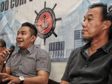 Ketua Umum FPPI Nova Sofyan Hakim (Tengah) memberikan keterangan saat menggelar konferensi pers di Jakarta, Rabu (16/1). Dalam konferensi persnya pekerja PT Pelindo II mendukung penuntasan kasus korupsi di JICT. (Liputan6.com/Faizal Fanani)