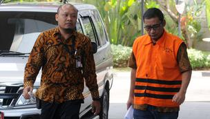 Bupati Tulungagung nonaktif Syahri Mulyo (kanan) tiba di Gedung KPK, Jakarta, Jumat (3/8). Syahri diperiksa untuk pengembangan dugaan suap dari pengusaha Susilo Prabowo terkait proyek infrastruktur di Tulungagung. (Merdeka.com/Dwi Narwoko)