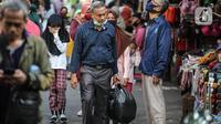 Warga membawa barang belanjaan dengan menggunakan kantong plastik di Kawasan Pasar Jatinegara, Jakarta, Selasa (30/6/2020). Mulai 1 Juli 2020 penggunaan kantong plastik sekali pakai dilarang di mal, toko swalayan, dan pasar tradisional di DKI Jakarta. (Liputan6.com/Faizal Fanani)