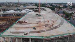 Pekerja menyelesaikan pembangunan Depo Light Rail Transit (LRT) di kawasan Kelapa Gading, Jakarta Utara, Kamis (25/1). Progres pembangunan proyek LRT Jakarta secara keseluruhan telah mencapai 56,94 persen pada Januari 2018. (Liputan6.com/Arya Manggala)