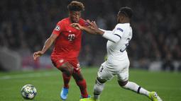 Striker Bayern Munchen, Kingsley Coman, berusaha melewati bek Tottenham, Danny Rose, pada laga Liga Champions di Stadion Tottenham, London, Selasa (1/10). Tottenham kalah 2-7 dari Munchen. (AFP/Daniel Leal-Olivas)