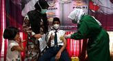 Seorang siswa sekolah menengah pertama menerima dosis vaksin Sinovac pada acara vaksinasi virus corona COVID-19 di Blang Bintang, Provinsi Aceh, 21 September 2021. (CHAIDEER MAHYUDDIN/AFP)