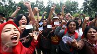 Sejumlah warga menunjukan KTP saat  pengumpulan KTP di depan Balai Kota, Jakarta, Kamis (5/11). Pendataan dan pengumpulan KTP tersebut sebagai petisi penangguhan penahanan Ahok sebagai Tahanan Kota. (Liputan6.com/Johan Tallo)