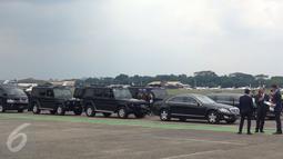 Petugas berjaga di dekat mobil yang akan di kenakan Presiden Joko Widodo dan Raja Arab Saudi, Salman bin Abdulaziz di Bandara Halim Perdanakusuma, Jakarta, Rabu (1/3).  (Liputan6.com/Fery Pradolo)