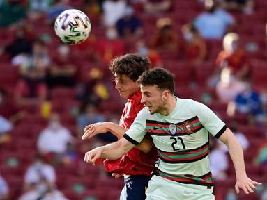 Pertandingan Spanyol dan Portugal dalam uji coba jelang Euro 2020 (Euro 2021) berlangsung di Wanda Metropolitano, Madrid, Sabtu (5/6/2021) dini hari. Mereka harus berbagi skor imbang 0-0 karena tak ada gol yang tercipta dari peluang-peluang mereka. (Foto: AFP/Javier Soriano)