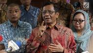 Mahfud MD (tengah) bersama para tokoh Gerakan Suluh Kebangsaan memberi keterangan usai melakukan pertemuan dengan Presiden RI kelima, Megawati Soekarnoputri di Jakarta, Jumat (17/5/2019). Pertemuan berlangsung tertutup. (Liputan6.com/Helmi Fithriansyah)