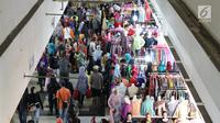 Sejumlah calon pembeli memilih pakaian di Pasar Tanah Abang, Jakarta, Minggu (18/6). Jelang Lebaran, pusat tekstil tersebut dipenuhi pengunjung yang mencari busana muslim untuk hari raya Lebaran. (Liputan6.com/Immanuel Antonius)