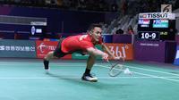 Tunggal putra Indonesia, Jonatan Christie mencoba menahan kok dari pemain India, Prannoy Haseena Sunil Kumar pada perempat final Bulutangkis Beregu Putra Asian Games 2018 di Jakarta, Senin (20/8). (Liputan6.com/Helmi Fithriansyah)