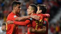 Para pemain Spanyol merayakan gol yang dicetak Rodrigo ke gawang Kepulauan Faroe pada laga Kualifikasi Piala Eropa 2020 di Stadion El Molinon, Gijon, Minggu (8/9). Spanyol menang 4-0 atas Kepulauan Faroe. (AFP/Miguel Riopa)