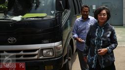 Mantan Menteri Negara Pemberdayaan Perempuan Meutia Hatta bersama Mantan Menteri Tenaga Kerja Fahmi Idris berjalan keluar usai mengunjungi mantan Menkes Siti Fadilah Supari di Rutan Pondok Bambu, Jakarta, Kamis (10/11). (Liputan6.com/Johan Tallo)