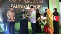 Calon Gubernur Jawa Timur nomor urut 2 Saifullah Yusuf atau Gus Ipul diwakili istrinya menerima penghargaan Anugerah Aisyiyah Awards 2018. (Liputan6.com/Dian Kurniawan)