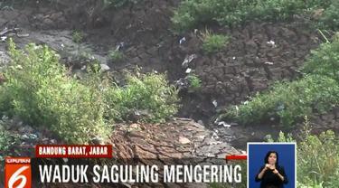 Di sisi lain, surutnya waduk di Kecamatan Padalarang, Jawa Barat, dimanfaatkan warga untuk bercocok tanam.