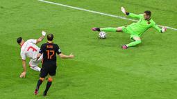 Makedonia Utara, yang sudah tidak punya kans malah membuat kejutan pada menit ke-10. Ivan Trickovski membobol gawang Belanda, namun VAR mengatakan gol tersebut offside. (Foto: AP/Pool/Olaf Kraak)