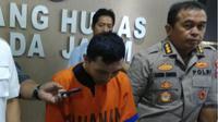 Polda Jatim menangkap pria berinisial (RSS), pembina pramuka asal Surabaya, yang melakukan pencabulan terhadap anak di bawah umur. (Foto:Liputan6.com/Dian Kurniawan)