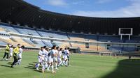 Skuat Persib Bandung menjalani sesi latihan di Stadion Gelora Bandung Lautan Api (GBLA), Senin (1/3/2021). (Foto: MO Persib)