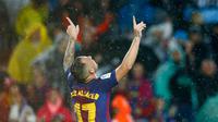 Penyerang Barcelona, Paco Alcacer melakukan selebrasi usai mencetak gol ke gawang Sevilla pada La Liga Spanyol di Camp Nou, Barcelona, (4/11). Alcacer mencetak dua gol dipertandingan ini dan mengantar Barcelona menang 2-1. (AP Photo/Manu Fernandez)