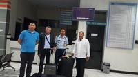 WN Tunisia itu (berjaket hitam) dideportasi dari Indonesia pertama kali via Jakarta, tiga bulan kemudian via Manado. (Liputan6.com/Yoseph Ikanubun)