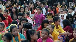 Seorang anak bersiap bernyanyi saat gelaran Harmoni Indonesia 2018 di Kompleks Gelora Bung Karno, Jakarta, Minggu (5/8). Lima buah lagu termasuk Indonesia Raya dinyanyikan bersama oleh peserta Harmoni Indonesia. (Liputan6.com/Helmi Fithriansyah)