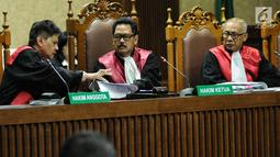 Majelis Hakim memimpin sidang pembacaan vonis dengan terdakwa dugaan gratifikasi dan suap pengesahan APBD Provinsi Jambi, Zumi Zola di Pengadilan Tipikor Jakarta, Kamis (6/12). Zumi Zola divonis dengan hukuman 6 tahun penjara. (Liputan6.com/Faizal Fanani)