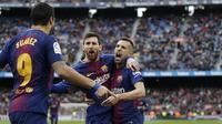 Para pemain Barcelona merayakan gol yang dicetak Lionel Messi ke gawang Celta Vigo pada laga La Liga Spanyol di Stadion Camp Nou, Katalonia, Sabtu (2/12/2017). Kedua klub bermain imbang 2-2. (AFP/Pau Barrena)