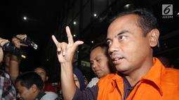 Tersangka Bupati Purbalingga, Tasdi kenakan rompi oranye sambil salam metal usai pemeriksaan di Gedung KPK, Jakarta, Selasa (5/6). Bupati Tasdi diduga menerima uang Rp 100 juta dari pemenang proyek pembangunan tahap dua. (Liputan6.com/Herman Zakharia)