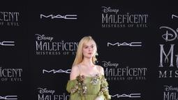 """Aktris AS Elle Fanning berpose di karpet merah saat menghadiri pemutaran perdana film Disney """"Maleficent: Mistress of Evil"""" di Teater El Capitan di Hollywood (30/9/2019). Di film """"Maleficent: Mistress of Evil"""" Elle Fanning kembali berperan sebagai Putri Aurora. (AFP Photo/Valerie Macon)"""