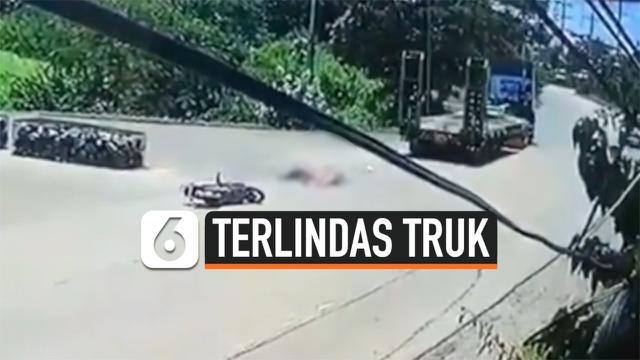 TRUK TIBA-TIBA MUNDUR MELINDAS PEMOTOR