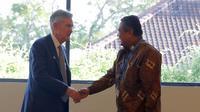 Gubernur BI Perry Warjiyo berdiskusi dengan Ketua Dewan Pengurus Bank Sentral AS (Chairman of the Federal Reserve), Jerome Powell, di sela-sela pertemuan tahunan IMF-Bank Dunia, di Bali (13/10/2018). (Ilyas/Liputan6.com)