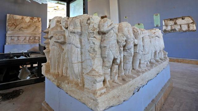 Patung yang rusak terlihat di museum di kota kuno Palmyra, Provinsi Homs, Suriah, 7 Februari 2021. Selain Palmyra dan Aleppo, kota kuno Damaskus dan Bosra juga mengalami kerusakan. (LOUAI BESHARA/AFP)