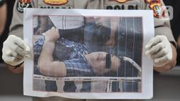 Kabid Humas Polda Metro Jaya Kombes Pol Yusri Yunus menunjukkan foto tersangka SH yang tewas di Mapolda Metro Jaya, Jakarta, Kamis (12/12/2019). Dalam penangkapannya, polisi terpaksa melakukan tindakan tegas dan terukur terhadap SH karena berusaha melawan. (merdeka.com/Iqbal S. Nugroho)