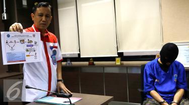 Petugas BNN menunjukkan skema operasional bandar narkoba HUS, Jakarta, Rabu (9/9/2015). BNN berhasil menangkap HUS seorang bandar narkoba dengan aset Rp1,5 milar di kawasan Bandung. (Liputan6.com/Yoppy Renato)