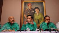 Ketua Komite Pemilihan PSSI, Agum Gumelar (tengah) saat menjelaskan hasil putusan verifikasi di Jakarta, Sabtu (10/9). Salah satu balon ketua umum PSSI yang lolos verifikasi, mantan Panglima TNI Jenderal (purn) Moeldoko.(Liputan6.com/Helmi Fithriansyah)