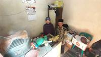 Pasangan Radi dan Reda Vadela berada di dalam rumahnya, Kelurahan Krajan, Kecamatan Mejayan, Kabupaten Madiun, Kamis (28/11/2019). (Abdul Jalil/Madiunpos.com)