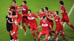 Turki - Pada gelaran Euro 2008, Turki tampil secara mengejutkan. Diprediksi tak lolos dalam penyisihan grup, mereka malah naik ke babak semi final setelah mengalahkan Kroasia. Namun langkah mereka dihentikan oleh Skuat Der Panzer setelah kekalahan dramatis di semifinal. (Foto: AFP/Mladen Antonov)