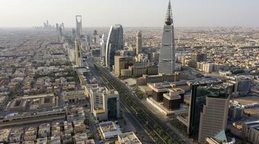 Pandangan udara menunjukkan jalan raya yang sepi karena pandemi COVID-19 pada hari pertama perayaan Idul Fitri di ibu kota Saudi, Riyadh, Senin (24/5/2020).  Arab Saudi memberlakukan jam malam 24 jam selama lima hari libur Hari Raya Idul Fitri 1441 H, dari 23 Mei 2020. (FAISAL AL-NASSER/AFP)