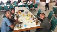 Ketiga bocah asal Sumsel itu sempat mengayuh sepeda hingga sekitar 40 km dalam perjalanan bertemu ibu saat Lebaran. (Liputan6.com/Yandhi Deslatama)