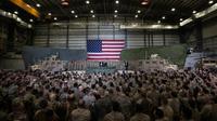 Presiden Amerika Serikat Donald Trump berbicara kepada anggota militer saat mengunjungi Pangkalan Udara Bagram, Afghanistan, Kamis (28/11/2019). Kunjungan dadakan Trump pada hari Thanksgiving tersebut mengejutkan pasukan AS yang bertugas di Afghanistan. (AP Photo/Alex Brandon)
