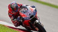 Pebalap Ducati, Andrea Dovizioso, terkejut dengan kemampuan apik motor Desmosedici GP 18 di tikungan. (AFP/ Mohd Rasfan)