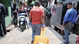 Polisi membawa barang bukti setelah menggeledah kediaman orang tua terduga teroris di Jalan Belibis V, Semper Barat, Cilincing, Jakarta, Senin (23/9/2019). Selain rumah tersangka, polisi juga menggeledah kediaman orang tua terduga teroris yang tidak jauh dari TKP. (merdeka.com/Iqbal S. Nugroho)