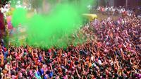 Umat Hindu India disemprot dengan cairan berwarna dalam festival Holi di Kuil Swupramayan Kalupur, Ahmedabad, Rabu (20/3). Holi juga menjadi libur nasional yang biasanya bertepatan dengan hari terakhir purnama dalam kalender Hindu. (SAM PANTHAKY / AFP)