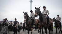 Pasukan polisi berkuda bersiaga saat apel gelar pasukan ops Mantap Praja Jaya dalam rangka PAM Pilkada Serentak 2017 di Lapangan Monas, Jakarta, Rabu (12/10). Apel dipimpin oleh Kapolri Jenderal Tito Karnavian. (Liputan6.com/Faizal Fanani)
