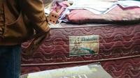 Salah satu buku yang ditemukan di rumah RS, warga Palembang yang rumahnya digeledah polisi (Liputan6.com / Nefri Inge)