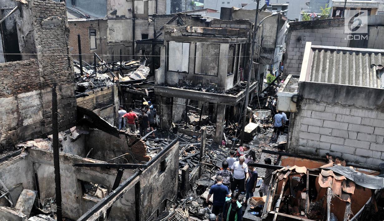 Warga berkerumun menyaksikan permukiman yang ludes dilalap api di kawasan Krukut, Tamansari, Jakarta, Selasa (26/2). Sedikitnya 30 rumah di 4 RT hangus setelah api membakar kawasan padat penduduk tersebut pukul 9.50 WIB tadi. (Merdeka.com/Iqbal S Nugroho)