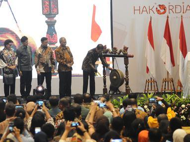 Presiden Joko Widodo (kanan) didampingi pimpinan KPK dan Menko Polhukam Wiranto membuka Konferensi Nasional Pemberantasan Korupsi sekaligus Peringatan Hari Anti Korupsi Sedunia (Hakordia) 2018 di Jakarta, Selasa (4/12). (Liputan6.com/Angga Yuniar)