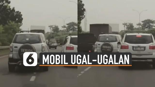 Aksi pengendara mobil ugal-ugalan saat dijalan membuat geram kendaraan lainnya karena hampir nyrempet mobil sampingnya.