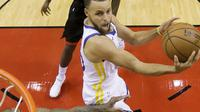Aksi pemain Golden State Warriors, Stephen Curry melakukan tembakan saat melawan Rockets pada gim kelima final NBA basketball Wilayah Barat di Toyota Center, Houston, (24/5/2018). Houston menang 98-94. (AP/David J. Phillip)