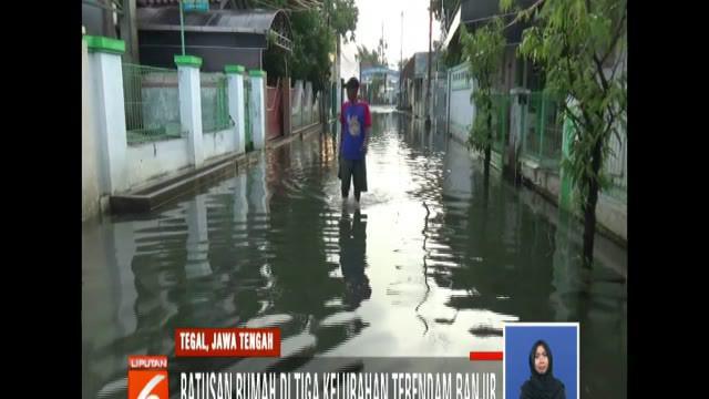 Selain merendam permukiman, banjir juga menggenangi jalan-jalan protokol dan akses menuju kompleks permukiman.